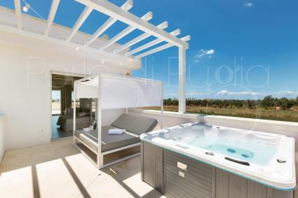 Exclusive verandah with jacuzzi and baldachined beach bed