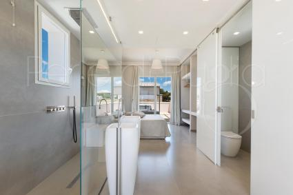 Ensuite bathroom with spa shower, chromotherapy and cervical massage